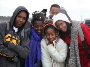 Kenyanske elever og deres lærer en kold martsdag i Grenaa