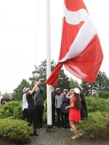 Årets første STX og HF studenter 2015 hejser flaget sammen med rektor.