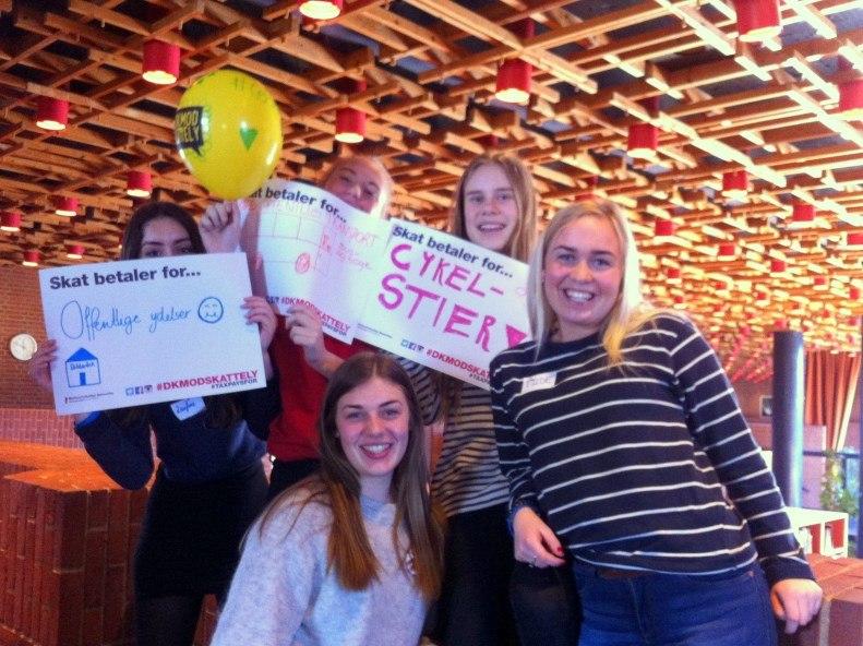 Globallinje-elever i gang med rollespil om skatteunddragelse