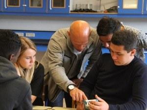 Elever får hjælp af deres fysiklærer under første skoledags fag-orienteringsløb