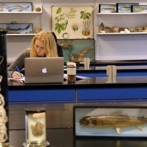Elev i biologilokalet