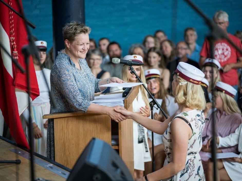 Rektor Helene Bendorff Kristensen uddelte eksamensbeviser ved dimissionen 2019 på Grenaa Gymnasium
