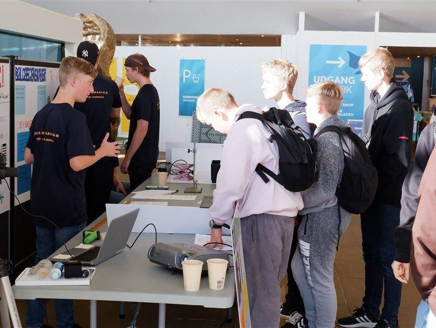 Elever fra Grenaa Gymnasium på Naturvidenskabsfestival 2021 på Kattegatcentret