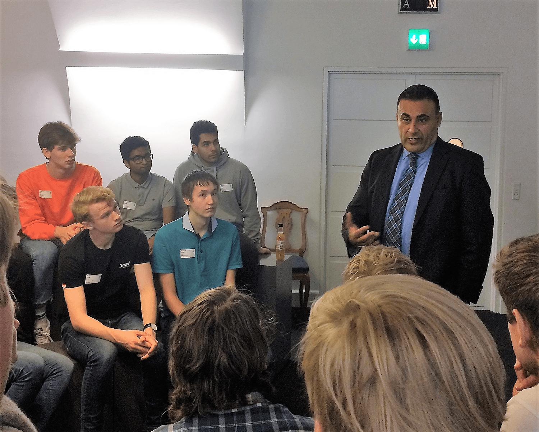 Naser Khader mødes med elever fra Grenaa Gymnasium