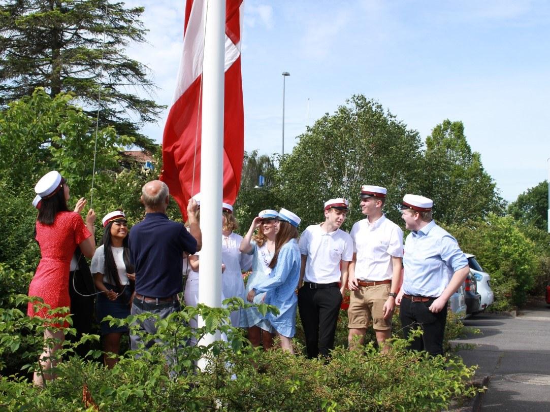 Flaget hejses af de første studenter på Grenaa Gymnasium