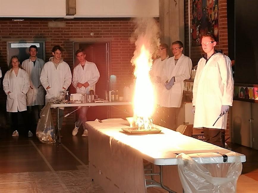 Elever fra Grenaa Gymnasium laver kemishow