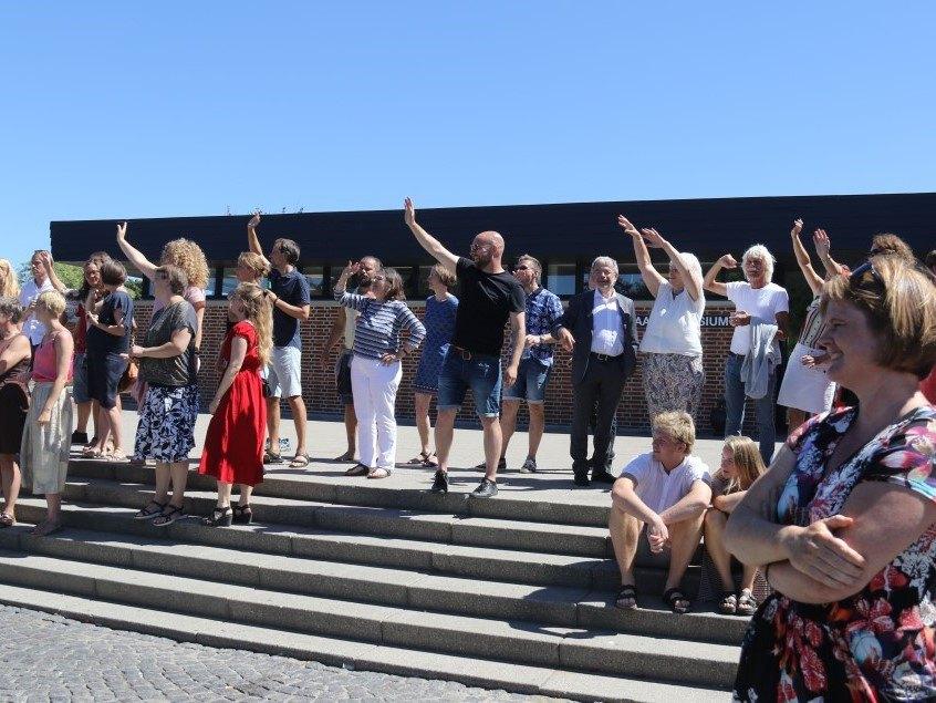 Lærerne på Grenaa Gymnasium vinker farvel til studenterne