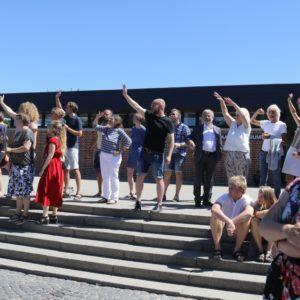 Lærerne vinker farvel til studenterne