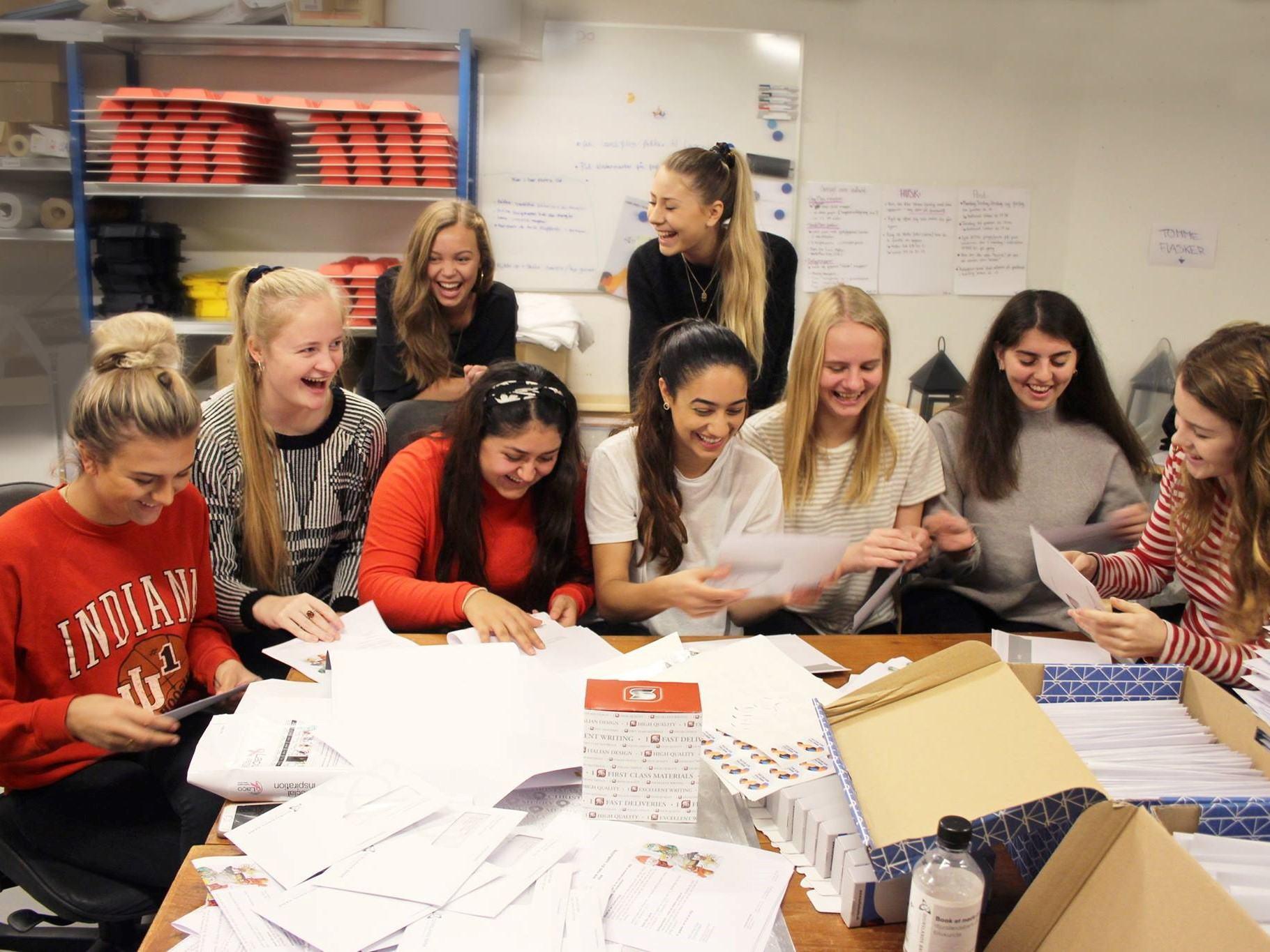 Elever fra Grenaa Gymnasium var hyret af Djurslands Bank på Operation Dagsværk-dagen 2017